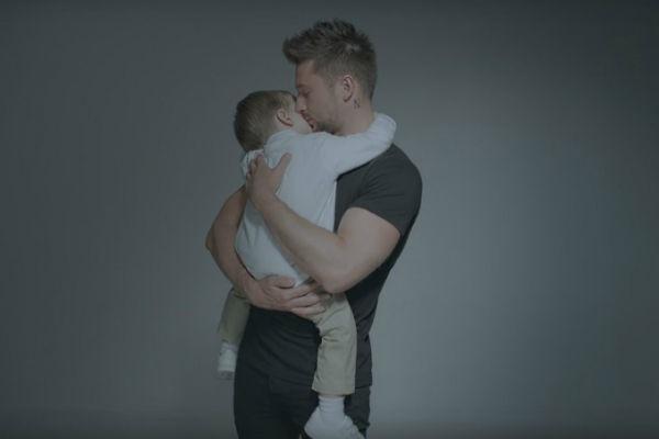 В новом видео Сергея Лазарева снялись влюбленные пары и он сам с сыном Никитой