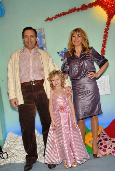 Певица с мужем и дочкой несколько лет назад