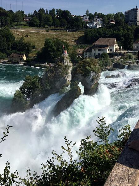 «Рейнский водопад достоин своей славы» — писал  историк  Николай Карамзин